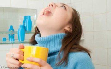 Hacer Gárgaras de agua salada para tratar el dolor de garganta