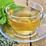 Preparar una taza de té toronjil para un sueño tranquilo