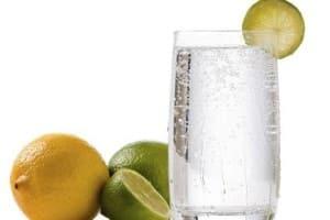 Jugo de limón para tratar o aliviar el estreñimiento