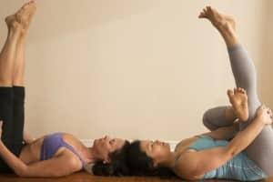La postura uttanpadasana como remedio de yoga para aliviar los problemas de estreñimiento