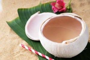 Quitar las manchas y cicatrices del acné con agua de coco