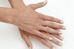 Blanquear las uñas amarillas con limón y bicarbonato de sodio