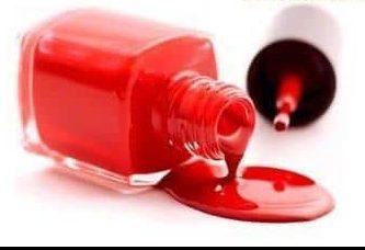 Usar esmalte de uñas para eliminar los acrocordones o etiquetas de la piel