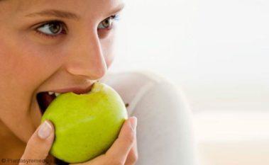 Masticar frutas para eliminar el sarro